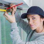 worker measuring widow blinds
